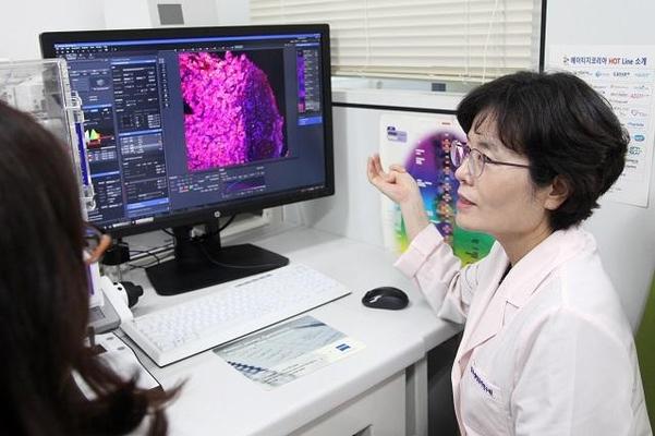 김남순 한국생명공학연구원 박사가 암 연구를 수행하는 모습./ 생명공학연구원 제공